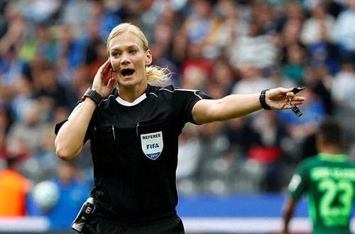 """""""Bà vua áo đen"""" xuất hiện lần đầu tiên trong lịch sử giải Bundesliga - Ảnh 1"""