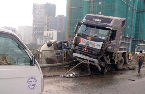 Hiện trường vụ tai nạn xe bồn lật ngang trên đường vành đai 3 - Ảnh 3