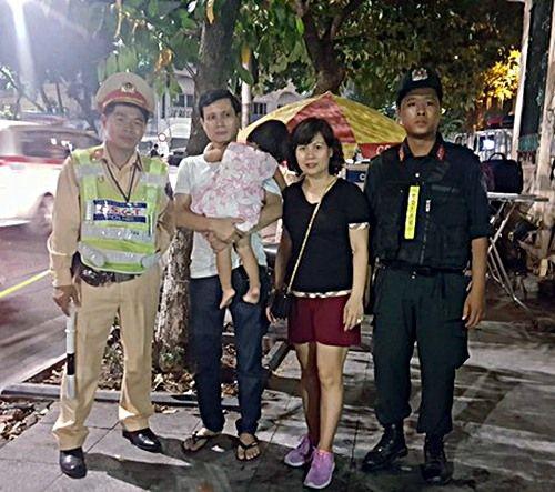 Cảnh sát tìm thấy bé gái 2 tuổi bị lạc khi xem múa lân trên phố đi bộ - Ảnh 1