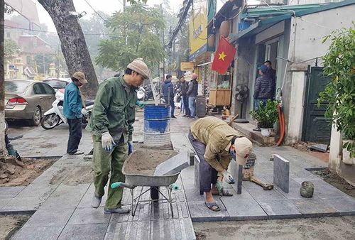 Xung quanh câu chuyện lát vỉa hè bằng đá tự nhiên ở Hà Nội - Ảnh 1