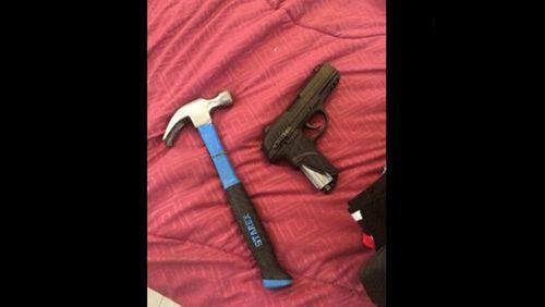 Tạm giữ hình sự đối tượng trộm cắp mang theo súng, xịt hơi cay - Ảnh 2