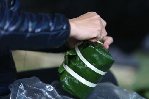 Hà Nội: Gia đình mỗi ngày gói hơn 1000 bánh chưng bán dịp Tết  - Ảnh 7