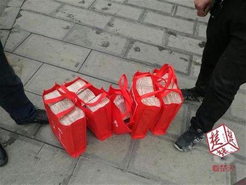 Nữ công nhân rút 13 tỉ tiền mặt để về quê ăn tết - Ảnh 2