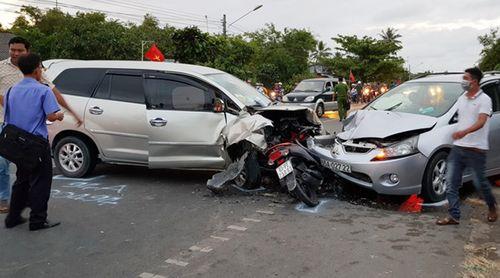 Xe máy kẹp giữa 2 ô tô, gần chục người bị thương - Ảnh 1