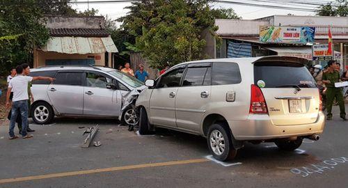 Xe máy kẹp giữa 2 ô tô, gần chục người bị thương - Ảnh 2