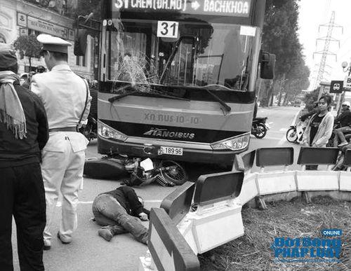 """Xe máy """"đối đầu"""" xe buýt, một người đàn ông bị thương nặng - Ảnh 1"""