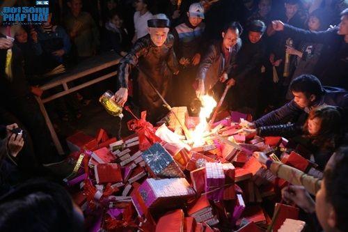 """Hà Nội: Hàng trăm người dân tham dự lễ """"Lấy Đỏ"""" đầu năm - Ảnh 5"""