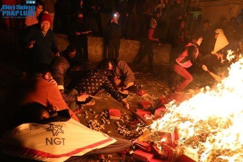 """Hà Nội: Hàng trăm người dân tham dự lễ """"Lấy Đỏ"""" đầu năm - Ảnh 7"""