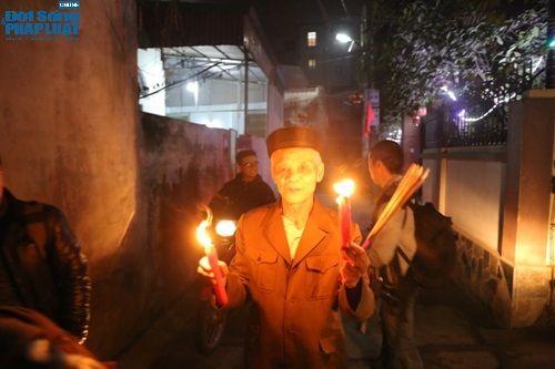 """Hà Nội: Hàng trăm người dân tham dự lễ """"Lấy Đỏ"""" đầu năm - Ảnh 9"""