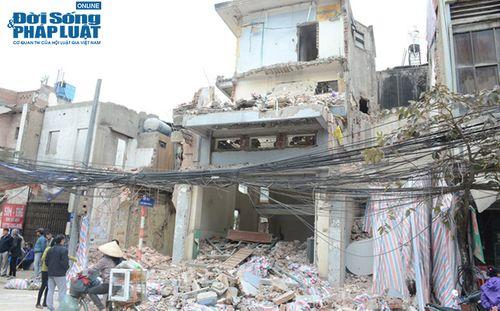 Hà Nội: Phá dỡ công trình không che chắn, một phụ nữ bị bê tông đè lên người - Ảnh 1