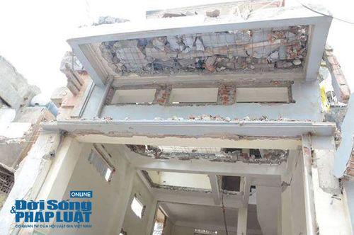 Hà Nội: Phá dỡ công trình không che chắn, một phụ nữ bị bê tông đè lên người - Ảnh 2