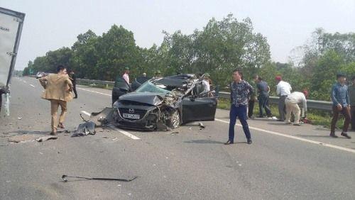 Xe con đâm ô tô tải trên cao tốc Hà Nội – Lào Cai, 2 người nhập viện - Ảnh 1
