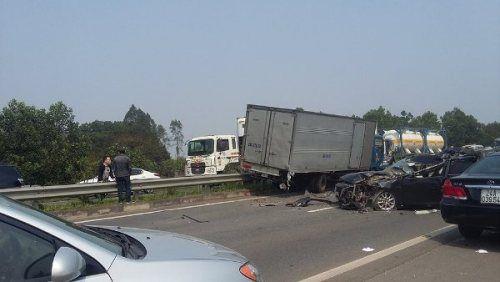 Xe con đâm ô tô tải trên cao tốc Hà Nội – Lào Cai, 2 người nhập viện - Ảnh 2