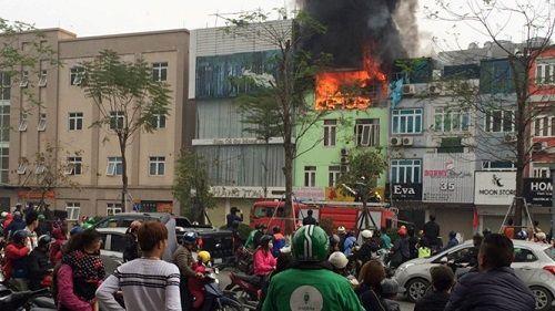 Hà Nội: Cháy lớn tại cửa hàng áo cưới 3 tầng - Ảnh 1