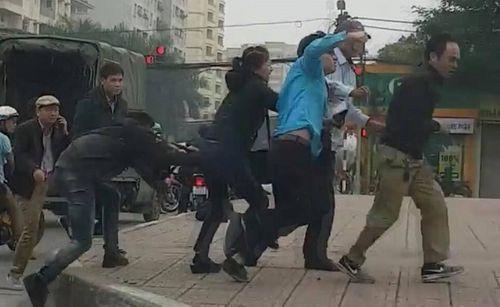 Hà Nội: Sau va chạm giao thông nhân viên xe buýt cầm gạch đuổi đánh tài xế ôtô tải - Ảnh 1