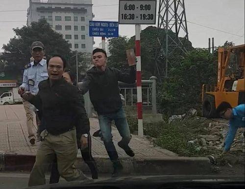 Hà Nội: Sau va chạm giao thông nhân viên xe buýt cầm gạch đuổi đánh tài xế ôtô tải - Ảnh 2