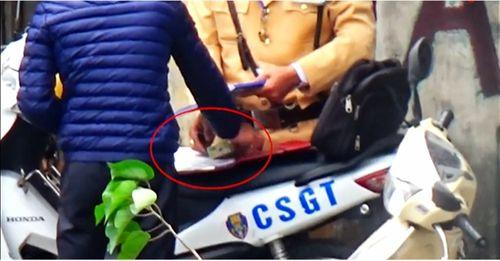 """Clip CSGT Hà Nội """"làm luật"""": 20 lãnh đạo, chiến sĩ CSGT bị đình chỉ - Ảnh 1"""