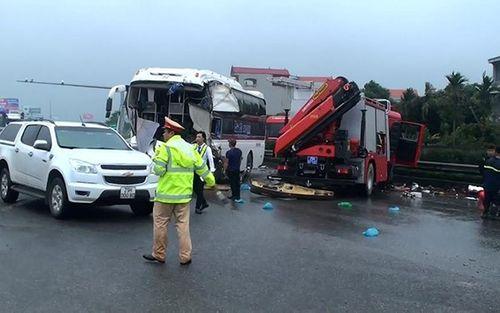 Video: Cận cảnh vụ tai nạn giữa xe khách và xe cứu hỏa trên cao tốc Pháp Vân - Cầu Giẽ - Ảnh 1
