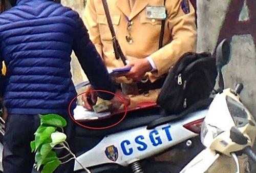 Tin mới nhất vụ CSGT Hà Nội nghi nhận tiền của người vi phạm - Ảnh 1