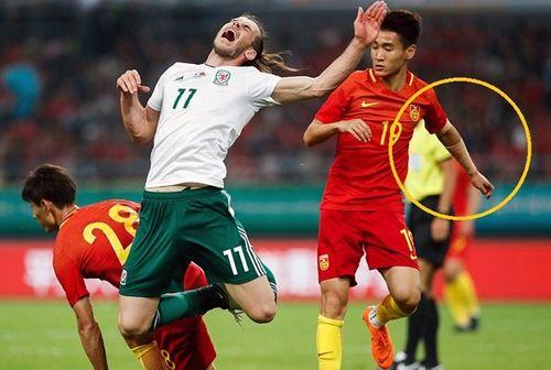 """Những cái tay """"quấn băng"""" kỳ lạ của cầu thủ Trung Quốc - Ảnh 1"""