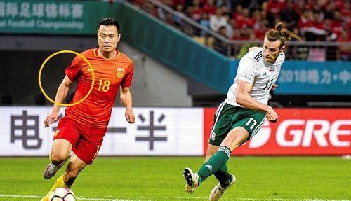 """Những cái tay """"quấn băng"""" kỳ lạ của cầu thủ Trung Quốc - Ảnh 2"""