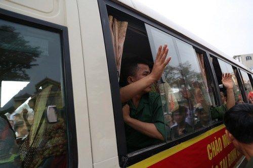 Hà Nội: Nụ cười, nước mắt tiễn tân binh lên đường nhập ngũ - Ảnh 12
