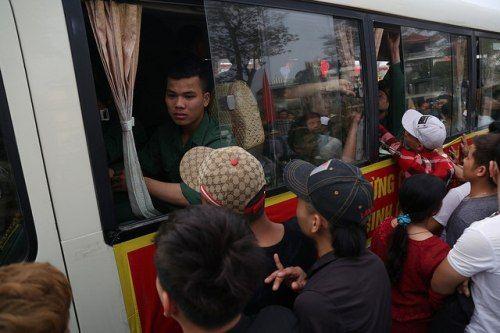 Hà Nội: Nụ cười, nước mắt tiễn tân binh lên đường nhập ngũ - Ảnh 10