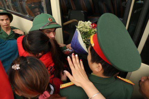 Hà Nội: Nụ cười, nước mắt tiễn tân binh lên đường nhập ngũ - Ảnh 9