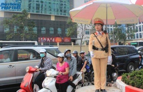 Ngày 8/3 của nữ cảnh sát giao thông xinh đẹp - Ảnh 1
