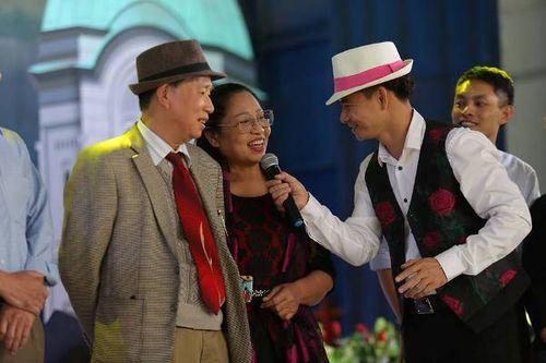 Hà Nội: Cặp đôi trung niên, đồng tính hôn nhau nồng cháy tại lễ hội hoa hồng Bulgaria - Ảnh 3