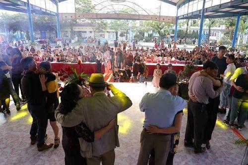 Hà Nội: Cặp đôi trung niên, đồng tính hôn nhau nồng cháy tại lễ hội hoa hồng Bulgaria - Ảnh 8