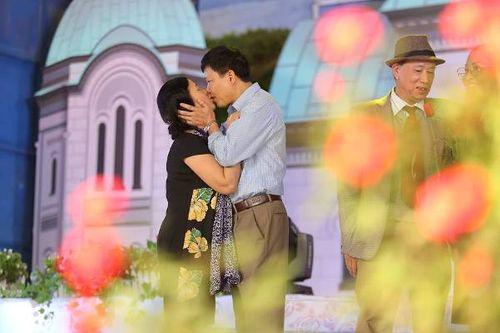 Hà Nội: Cặp đôi trung niên, đồng tính hôn nhau nồng cháy tại lễ hội hoa hồng Bulgaria - Ảnh 7