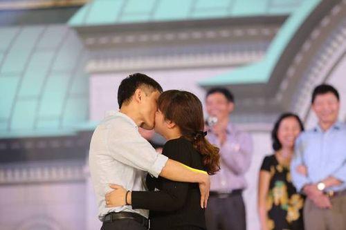 Hà Nội: Cặp đôi trung niên, đồng tính hôn nhau nồng cháy tại lễ hội hoa hồng Bulgaria - Ảnh 1