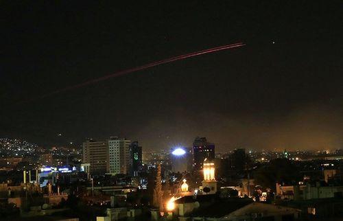 Hàng loạt căn cứ quân sự của Syria bị tên lửa tấn công - Ảnh 1