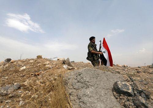 Hàng loạt căn cứ quân sự của Syria bị tên lửa tấn công - Ảnh 2