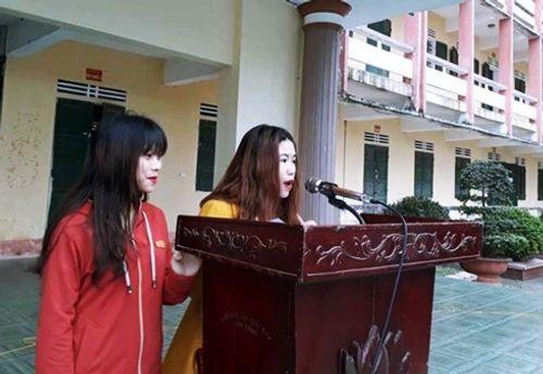 Vụ nữ sinh cấp 3 bị lột quần áo: Hai cô gái công khai xin lỗi trước toàn trường - Ảnh 1