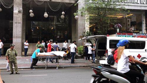 Người đàn ông nước ngoài rơi từ khách sạn xuống vỉa hè tử vong - Ảnh 1