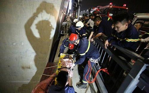 Hà Nội: Giải cứu một thanh niên rơi khỏi cầu Nhật Tân - Ảnh 1