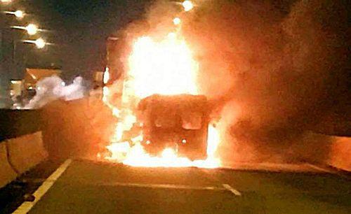 Xe khách bốc cháy trên cao tốc, 2 người tử vong - Ảnh 1