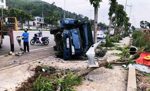 Quảng Ninh: Xe tải húc bay xe máy, đâm đổ cột điện rồi lật nhào - Ảnh 1