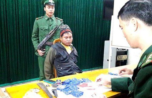 Bắt người đàn ông Lào vận chuyển gần 2.000 viên ma túy về Việt Nam - Ảnh 1