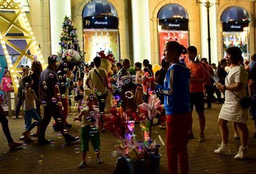 Không khí Giáng sinh lung linh sắc màu trên khắp cả nước - Ảnh 7