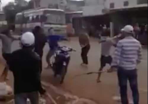 Công an vào cuộc vụ hai nhóm thanh niên cầm dao chém nhau giữa đường - Ảnh 1