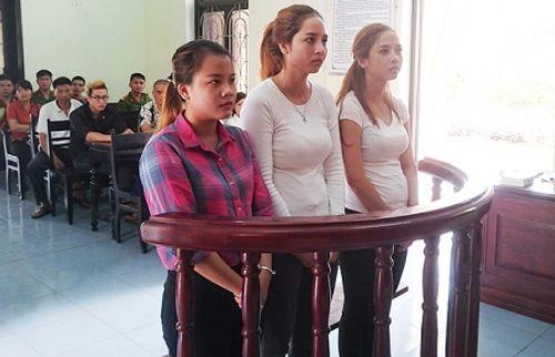 Phạt tù nhóm thiếu nữ đánh ghen cô giáo ngay trên bục giảng - Ảnh 1