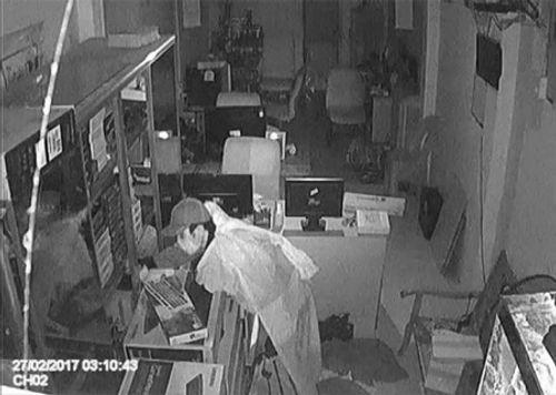 """Tên trộm """"giả ma"""" đột nhập công ty máy tính - Ảnh 1"""