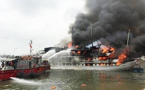 Tàu du lịch trên vịnh Hạ Long bốc cháy giữa đêm - Ảnh 1
