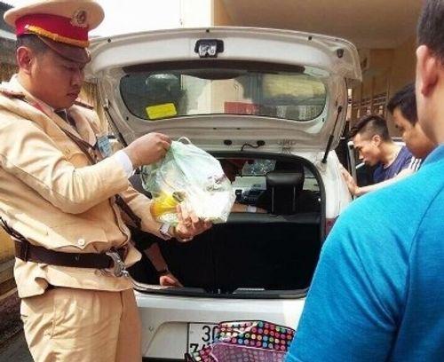 Đuổi theo chiếc ô tô có tiếng kêu cứu, cảnh sát phát hiện kẻ tàng trữ ma túy - Ảnh 1