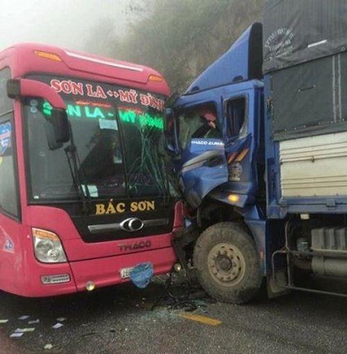 Xe khách đâm trực diện xe tải, 20 người thoát chết trong gang tấc - Ảnh 1