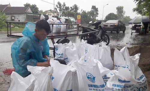 Bão số 10 giật cấp 15 đổ bộ Hà Tĩnh- Quảng Bình - Ảnh 15