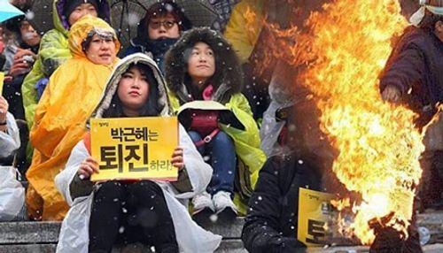 Nhà sư tự thiêu phản đối Tổng thống Hàn Quốc - Ảnh 1